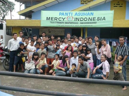 Foto Bersama Antara Tim Peduli dan Warga Panti Asuhan Mercy Indonesia Medan, Berdiri paling kanan pengurus panti, Berdiri paling kiri ketua tim peduli (Foto Dok. Pribadi)